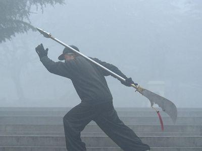 """中國多地霧霾爆表 市民""""用生命在鍛煉"""""""